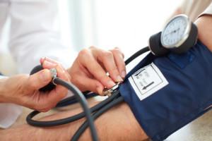 Arzt misst Bludruck beim Patienten
